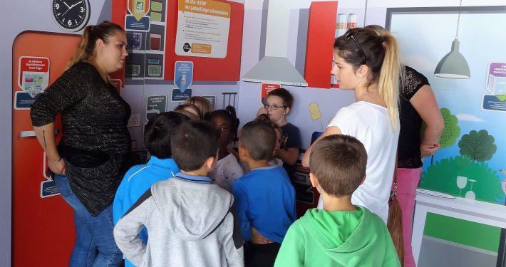 groupe enfants et leur professeur en visite de Ma Maison et Moi au secours de la Planète
