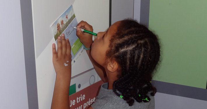 enfant répond au quizz dans adultes en visite de Ma Maison et Moi au secours de la Planète